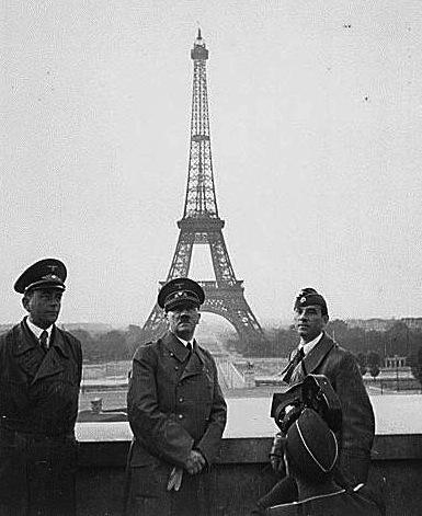 أسلحة صنعت الحدث - صفحة 5 Hitler-paris